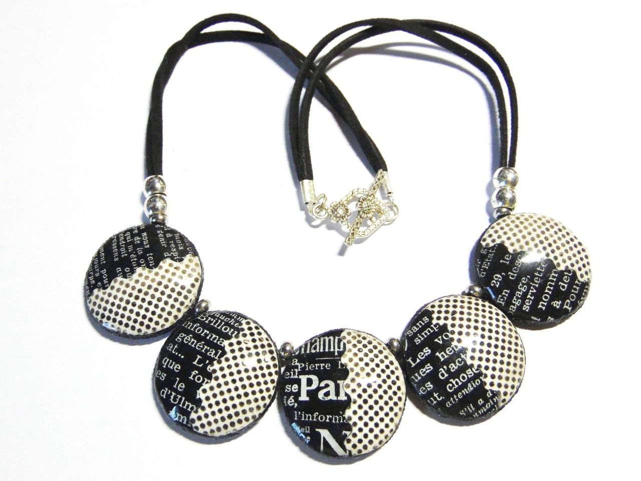 Collier moderne contemporain ronds motif pois et journal blanc et noir